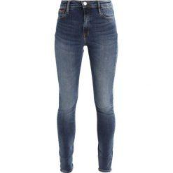 Tommy Jeans HIGH RISE SKINNY SANTANA Jeans Skinny Fit vermont mid blue stretch. Niebieskie jeansy damskie marki Tommy Jeans, z bawełny. W wyprzedaży za 381,65 zł.
