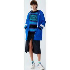Płaszcz przeciwdeszczowy z kapturem i sznurkami. Niebieskie płaszcze damskie Pull&Bear. Za 139,00 zł.