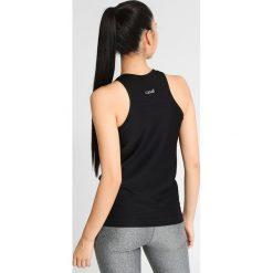 Casall LINE TANK Top black. Czarne topy damskie Casall, z elastanu. W wyprzedaży za 129,35 zł.