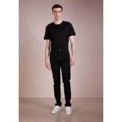 McQ Alexander McQueen STRUMMER  Jeans Skinny Fit darkest black. Czarne jeansy męskie relaxed fit McQ Alexander McQueen, z bawełny. Za 819,00 zł.