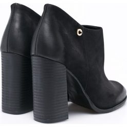 Carinii - Botki. Czarne buty zimowe damskie Carinii, z materiału, z okrągłym noskiem, na obcasie. W wyprzedaży za 179,90 zł.