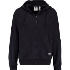 Adidas Originals Bluza rozpinana black. Szare bluzy męskie rozpinane marki adidas Originals, na co dzień, z nadrukiem, z bawełny, casualowe, z okrągłym kołnierzem, proste. W wyprzedaży za 341,10 zł.