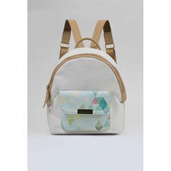 Plecak z wzorzystą kieszenią. Szare plecaki damskie marki Monnari, w kolorowe wzory, ze skóry. Za 103,60 zł.