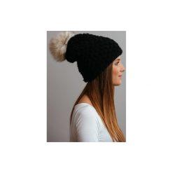 Czapki zimowe damskie: POMPOM – czarna czapka oversize z naturalnym futerkiem
