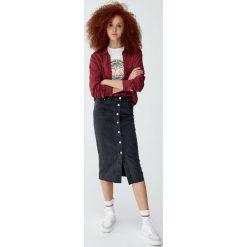 Gładka koszula z długim rękawem. Czerwone koszule damskie Pull&Bear, z długim rękawem. Za 59,90 zł.
