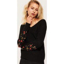 Sweter z haftem - Czarny. Czarne swetry klasyczne damskie House, l. Za 89,99 zł.