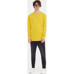Bluza basic z okrągłym dekoltem. Żółte bejsbolówki męskie Pull&Bear, m. Za 34,90 zł.