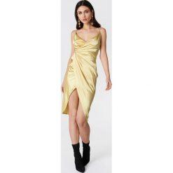 Boohoo Satynowa sukienka na ramiączkach - Beige. Brązowe sukienki na komunię marki Mohito, l, z kopertowym dekoltem, kopertowe. W wyprzedaży za 36,59 zł.