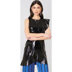 Sukienki hiszpanki: J.O.A. Lakierowana sukienka z falbanką – Black