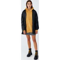 Woskowana kurtka z kapturem. Brązowe kurtki damskie Pull&Bear, z kapturem. Za 229,00 zł.