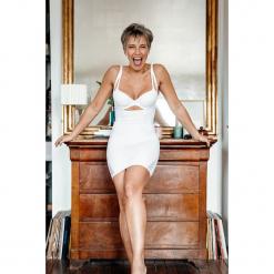 Modelująca sukienka w kolorze białym. Białe sukienki balowe marki Scottage, w koronkowe wzory, z koronki. W wyprzedaży za 68,95 zł.