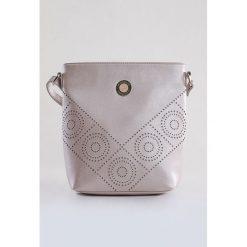 Torebka z ażurowym wzorem. Białe torebki klasyczne damskie Monnari, w ażurowe wzory, ze skóry, małe. Za 75,60 zł.