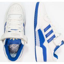 Adidas Originals FORUM Tenisówki i Trampki chalk white/collegiate royal/gold metallic. Białe tenisówki damskie marki adidas Originals, z materiału. W wyprzedaży za 359,20 zł.