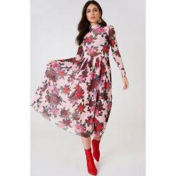 NA-KD Trend Siateczkowa sukienka midi z długim rękawem - Pink,Multicolor. Białe długie sukienki marki NA-KD Trend, w paski, z poliesteru, z klasycznym kołnierzykiem. Za 194,00 zł.