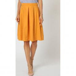 Spódnica w kolorze żółtym. Żółte spódniczki rozkloszowane TrakaBarraka, l, w paski, midi. W wyprzedaży za 119,95 zł.