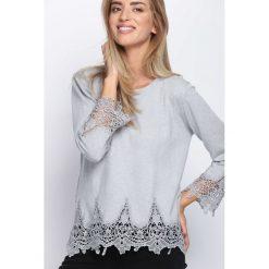 Jasnoszary Sweter Never Come. Szare swetry klasyczne damskie Born2be, l, z koronki, z okrągłym kołnierzem. Za 79,99 zł.