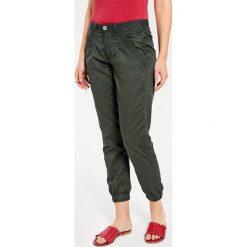Odzież damska: Spodnie chino w kolorze zielonym