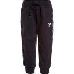 Hummel BABY KENN PANTS Spodnie treningowe true blue. Niebieskie spodnie chłopięce marki Hummel, z bawełny. Za 129,00 zł.
