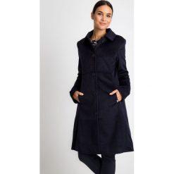 Klasyczny granatowy płaszcz z kołnierzem QUIOSQUE. Niebieskie płaszcze damskie pastelowe QUIOSQUE, z tkaniny, eleganckie. W wyprzedaży za 349,99 zł.