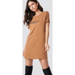 NA-KD T-shirtowa sukienka Darlin' - Brown. Szare sukienki mini marki NA-KD, z bawełny, z podwyższonym stanem. Za 80,95 zł.