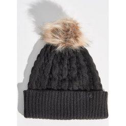 Czapka z pomponem - Czarny. Czarne czapki zimowe damskie Sinsay. Za 24,99 zł.