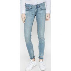 Tommy Jeans - Jeansy Sophie. Niebieskie jeansy damskie Tommy Jeans, z bawełny, z obniżonym stanem. W wyprzedaży za 359,90 zł.