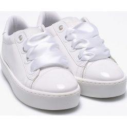 Guess Jeans - Buty. Białe buty sportowe damskie Guess Jeans, z jeansu. W wyprzedaży za 386,91 zł.