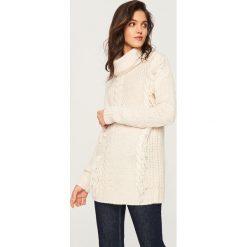 Długi sweter z golfem - Kremowy. Białe golfy damskie Reserved, m, z długim rękawem. Za 159,99 zł.