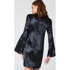 NA-KD Party Metaliczna sukienka mini z marszczonym rękawem - Black. Sukienki małe czarne marki Emilie Briting x NA-KD, l. W wyprzedaży za 36,59 zł.