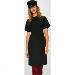Calvin Klein - Sukienka. Szare sukienki dzianinowe Calvin Klein, na co dzień, casualowe, z okrągłym kołnierzem, z krótkim rękawem, midi, dopasowane. Za 899,90 zł.