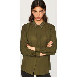 Koszula z ozdobnym kołnierzem - Khaki. Brązowe koszule damskie marki Reserved. W wyprzedaży za 39,99 zł.
