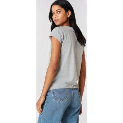NA-KD Basic T-shirt z surowym wykończeniem - Grey. Różowe t-shirty damskie marki NA-KD Basic, z bawełny. Za 52,95 zł.