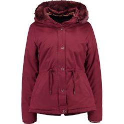 Bench Kurtka zimowa cabernet. Czerwone kurtki damskie zimowe Bench, l, z bawełny. W wyprzedaży za 475,30 zł.