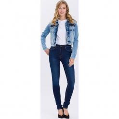 """Dżinsy """"Natalia"""" - Super Skinny fit - w kolorze granatowym. Niebieskie rurki damskie marki Cross Jeans, z aplikacjami. W wyprzedaży za 90,95 zł."""