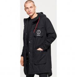 Zimowy płaszcz z kapturem - Czarny. Czarne płaszcze na zamek męskie marki Cropp, na zimę, l. W wyprzedaży za 219,99 zł.