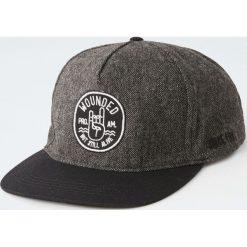 Czapka z płaskim daszkiem i naszywką. Czarne czapki z daszkiem męskie Pull&Bear, z aplikacjami. Za 59,90 zł.