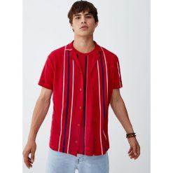 Koszula w pionowe paski z klapami. Czerwone koszule męskie na spinki Pull&Bear, m, w paski, polo, z krótkim rękawem. Za 79,90 zł.