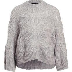 DESIGNERS REMIX VICKI CABLE Sweter grey melange. Białe swetry klasyczne damskie marki DESIGNERS REMIX, z elastanu, polo. Za 899,00 zł.