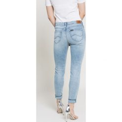 Lee - Jeansy Scarlett. Niebieskie jeansy damskie Lee, z aplikacjami, z bawełny. W wyprzedaży za 199,90 zł.