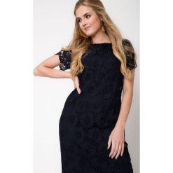 Granatowa koronkowa sukienka QUIOSQUE. Szare sukienki balowe marki QUIOSQUE, na co dzień, s, w koronkowe wzory, z dzianiny, z dekoltem na plecach, z krótkim rękawem, mini. W wyprzedaży za 119,99 zł.