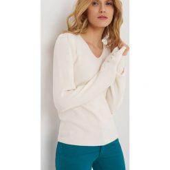 Swetry damskie: Sweter z dekoltem w serek