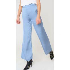 NA-KD Szerokie spodnie z satyny z wysokim stanem - Blue. Niebieskie spodnie z wysokim stanem marki NA-KD, z poliesteru. W wyprzedaży za 48,78 zł.