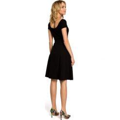 ALAINA Trapezowa spódnica długości do kolan - czarna. Czarne spódniczki trapezowe marki Moe, w geometryczne wzory, midi. Za 109,99 zł.