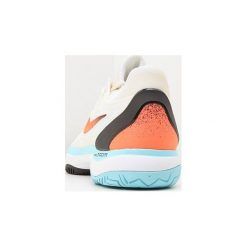 Nike Performance AIR ZOOM CAGE 3 HC Obuwie do tenisa Outdoor light cream/hyper crimson/black. Białe buty do tenisa męskie Nike Performance, z materiału. W wyprzedaży za 411,75 zł.