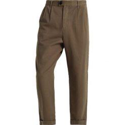 Chinosy męskie: Suit DR TATE Spodnie materiałowe dust green