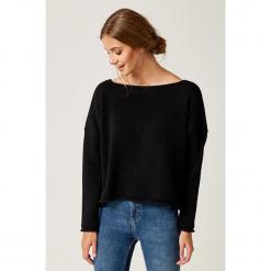Sweter w kolorze czarnym. Czarne swetry klasyczne damskie marki SCUI, z dekoltem w łódkę. W wyprzedaży za 149,95 zł.