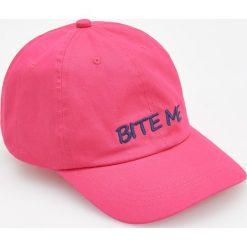 Czapka z daszkiem - Różowy. Czerwone czapki z daszkiem damskie marki Reserved. W wyprzedaży za 29,99 zł.
