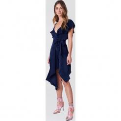 NA-KD Party Asymetryczna sukienka kopertowa z falbaną - Navy. Niebieskie sukienki asymetryczne marki Reserved. Za 80,95 zł.