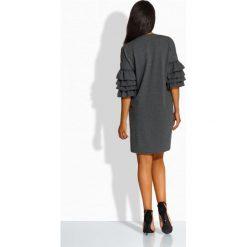 Luźna sukienka w stylu hiszpańskim grafit BRIANNA. Szare sukienki balowe marki Lemoniade, na imprezę, na lato, z bawełny, z falbankami, proste. Za 109,00 zł.