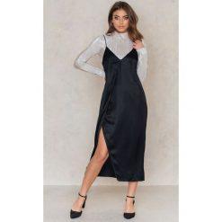 Sukienki: NA-KD Asymetryczna sukienka bieliźniana z rozcięciem – Black